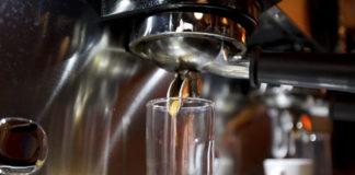 Jak wybrać ekspres ciśnieniowy do dużej firmy?